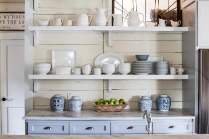 Что хранить на открытых полках кухни