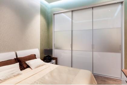 Почему шкафы в спальню не делают до потолка?